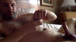 Lui si rilassa in albergo con una sega