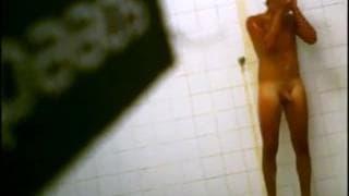 Un ragazzo viene spiato sotto la doccia