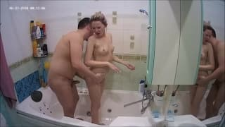 Courtney lo succhia in bagno a Jason