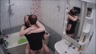 Valery succhia e scopa dentro il bagno