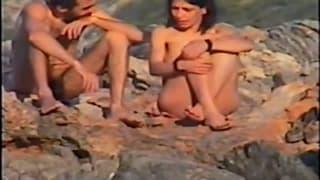 Una coppia amatoriale in riva al mare