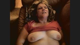 Heather gioca con la sua figa sul divano
