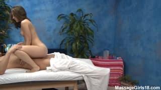 Remy salta su un cazzo dopo il massaggio