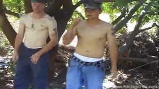 I soldati Ryan e Kyle godono all'aperto