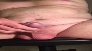 Un ragazzo grasso si filma mentre si sega