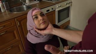 Un'araba penetrata dentro la cucina